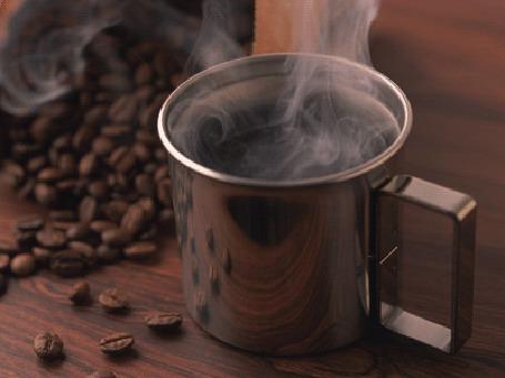 Фото Черный ароматный кофе в кружке, рядом рассыпаны зерна кофе (© StepUp), добавлено: 27.03.2012 10:24