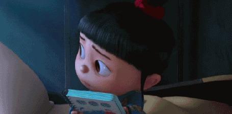 Фото Девочка прижимает от страха книгу из мультика 'Гадкий я / Despicable Me'