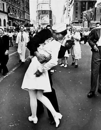 Фото Моряк и юная медсестра на Таймс-Сквер, после сдачи Японии в 1945 году, фотограф - Alfred Eisenstaedt