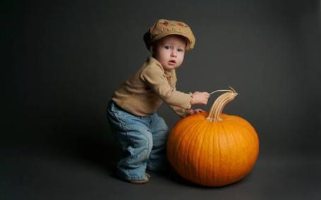 Фото Подготовка к Хэллоуину. Малыш и огромная тыква