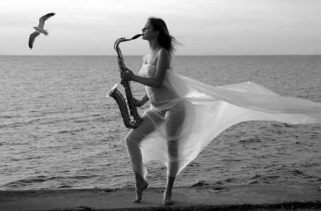 Фото Девушка играет на трубе на берегу моря (© ВалерияВалердинова), добавлено: 31.03.2012 12:06