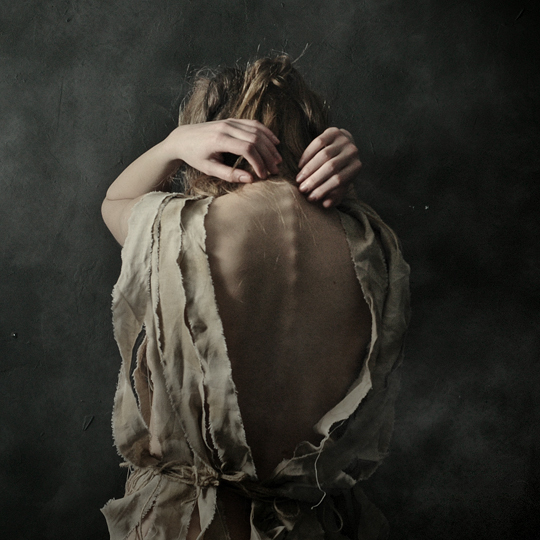 девушка с голой спиной в полоборота картина
