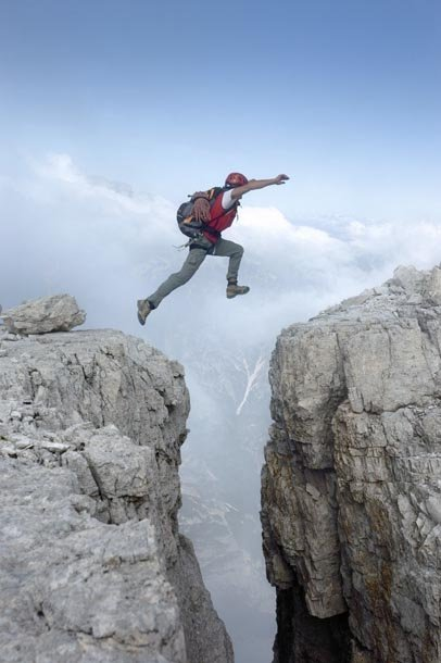 Фото Парень перепрыгивает с одной скалы на другую