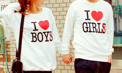 Фото девушка в футболке i love boy и