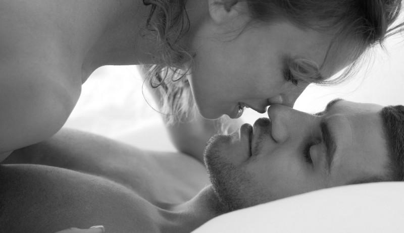 Картинка девушка целует спящего мужчину