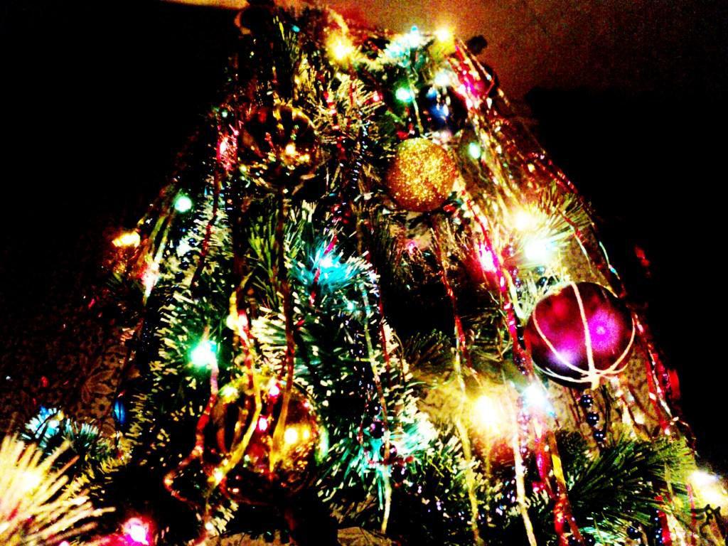 Снимать во сне с елки украшения, игрушки — к невосполнимой утрате.