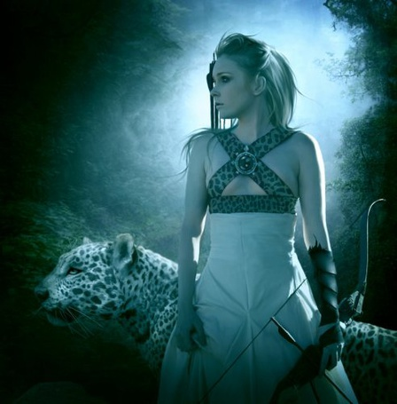 Фото Леопард с девушкой, которая держит в руке лук