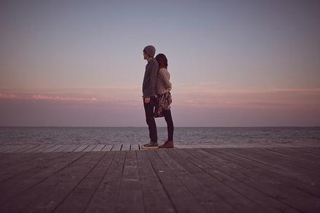 Фото Девушка с парнем стоят рядом у воды