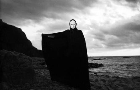 Фото Черная магия. Монах в черном плаще