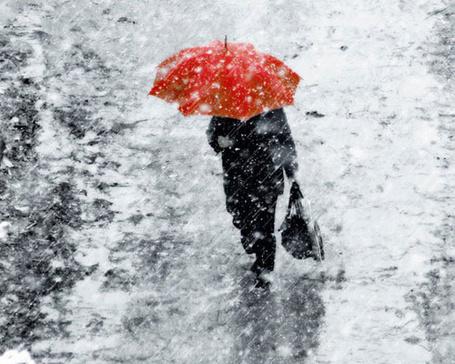 Фото Человек идет под дождем с красным зонтом