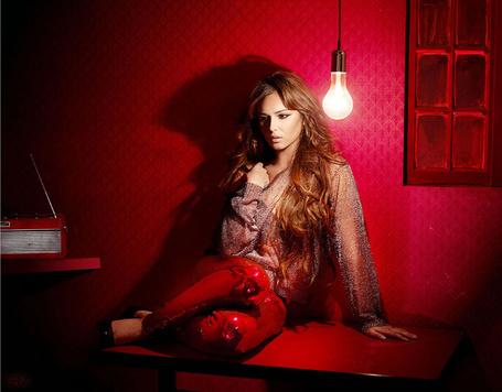 Фото Шерил Коул / Cheryl Cole сидит на столе возле лампочки (© ВалерияВалердинова), добавлено: 03.04.2012 12:47