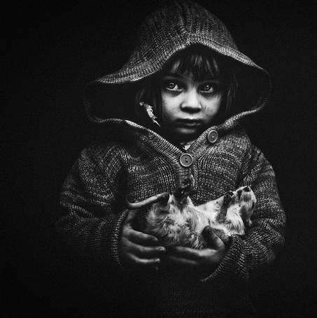 Фото Ребёнок с большой крысой на руках,фотограф - Jorris Martinez