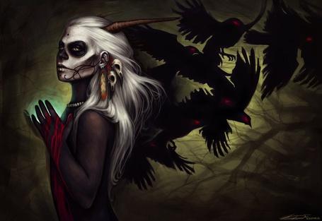 Фото Волшебница с чёрными птицами держит в руках волшебный шар