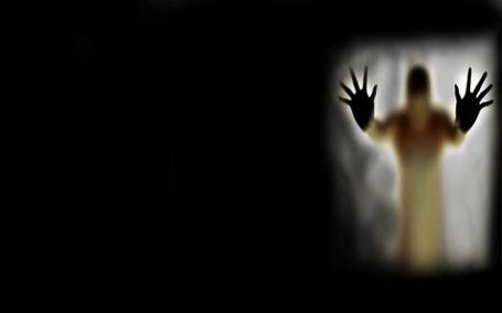 Фото Прикоснуться до страха. Человек за стеклянной стеной