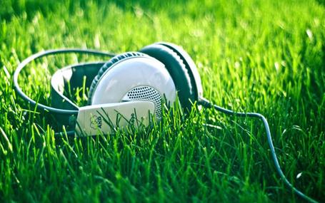 Фото Наушники на траве