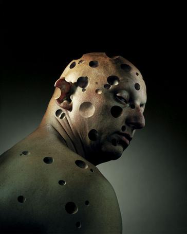 Фото Мужчина с издырявленной поверхностью тела и головы -  креативные работы Vienna Paint