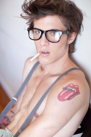 Фото Модель Чарли Химмельштейн / Charlie Himmelstein в очках с тату на руке и сигаретой во рту (© Кофе мой друг), добавлено: 12.04.2012 21:24