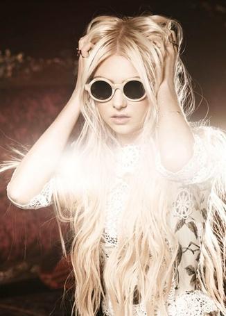 Фото Актриса Тейлор Момсен / Taylor Momsen в круглых очках, фотосессия для бренда Кул хант / Cool Hunt (© Leeemon), добавлено: 15.04.2012 02:01