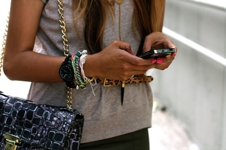 Фото Девушка держит в руках телефон (© Феминистка), добавлено: 15.04.2012 17:20