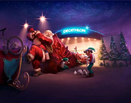 Фото Эльфы помогают Деду морозу погрузить в упряжку мешок с подарками, иллюстратор Вилл Мурай / Will Murai (decathlon)