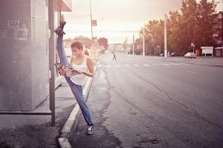 Фото Девушка с хорошей растяжкой читает журнал (© Феминистка), добавлено: 16.04.2012 22:32
