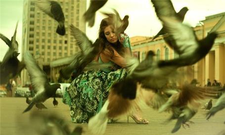 Фото Девушка на площади с птицами (© Эротиkа), добавлено: 17.04.2012 07:37