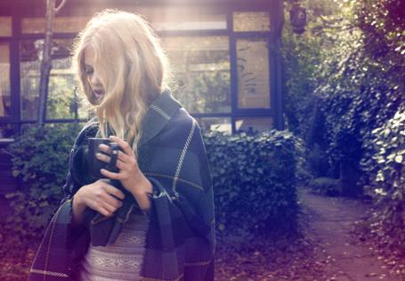 Фото Модель Валери ван дер Грааф / Valerie van der Graaf укутанная в плед с чашкой в руке