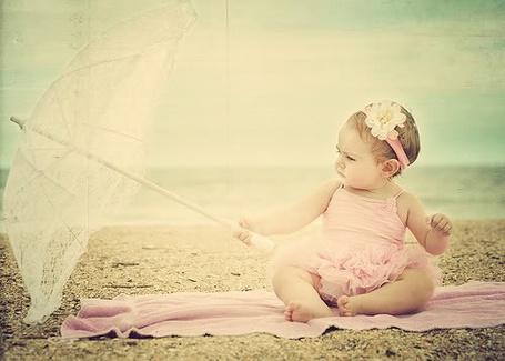 Фото Ребенок на пляже с зонтиком в руке (© Эротиkа), добавлено: 17.04.2012 17:51