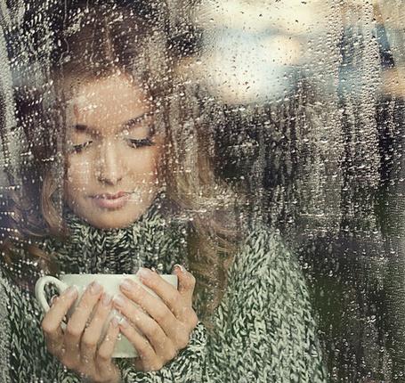 Красивые девушки фото у окна