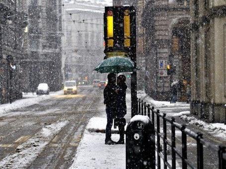 Фото Влюбленная пара стоит под снегом