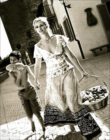 Фото Джулия Робертс / Julia Roberts с ребёнком возвращается с рынка