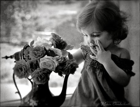 Дети с цветами черно белые