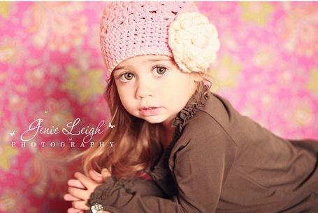 Фото Девочка в вязанной шапочке серьезно смотрит сложив руки в замок Фотограф Джени Ли / Jenie Leigh