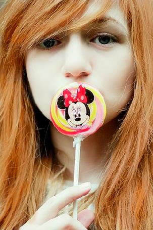 Фото Рыжая девушка с конфетой, на которой нарисована Минни Маус (© MaggotkaRoot90), добавлено: 19.04.2012 21:36