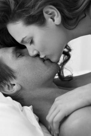 Фото Девушка нежно целует мужчину в губы (© Эротиkа), добавлено: 20.04.2012 13:29
