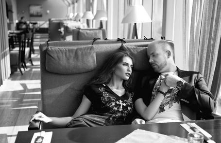 Фото Девушка с парнем в кафе держатся за руки (© Эротиkа), добавлено: 20.04.2012 18:01