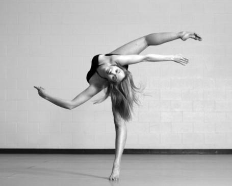 Фото Девушка занимается гимнастикой (© Штушка), добавлено: 21.04.2012 18:53