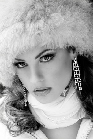 Фото Девушка в меховой шапке с белым шарфиком на шее и с длинными сережками (© Эротиkа), добавлено: 22.04.2012 06:14