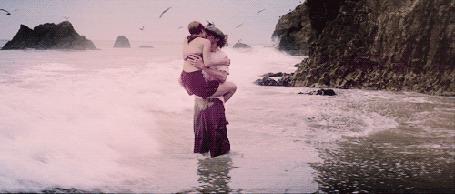 Фото Целующихся Райана Гослинга / Ryan Gosling и Рэйчел Макадамс / Rachel McAdams уносит прибрежной волной, кадр из фильма Дневник памяти / The Notebook