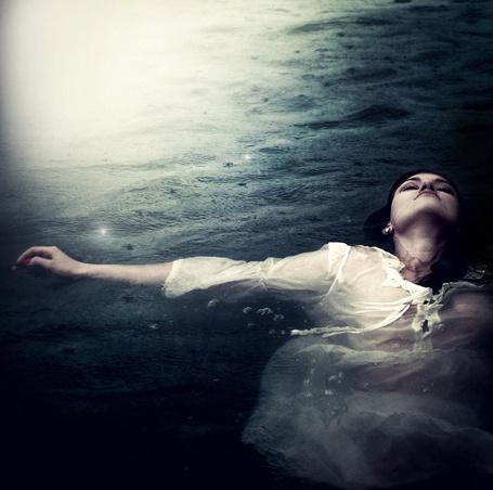 Фото Девушка в белой рубашке в воде