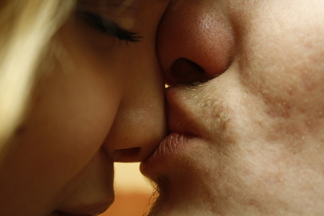 Фото Парень целует девушку в нос (© StepUp), добавлено: 22.04.2012 21:09