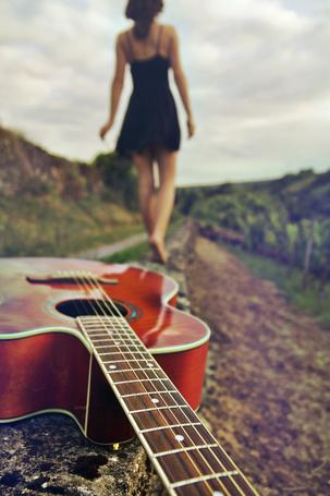 Фото Девушка уходит в даль,бросив гитару