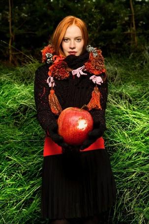 Фото Девушка с большим яблоком в руках (© Anatol), добавлено: 23.04.2012 00:37
