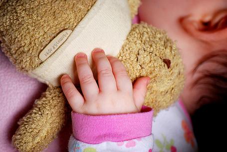 Фото Малыш спит обняв игрушку