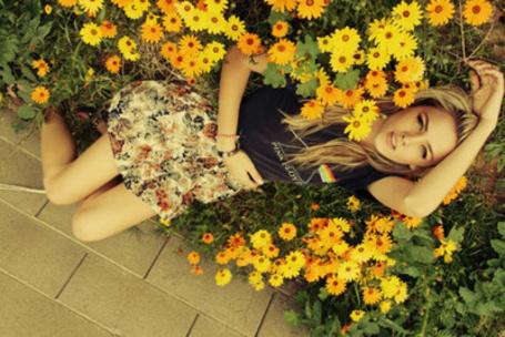 Фото Девушка лежит в цветах (© Mary), добавлено: 24.04.2012 21:13