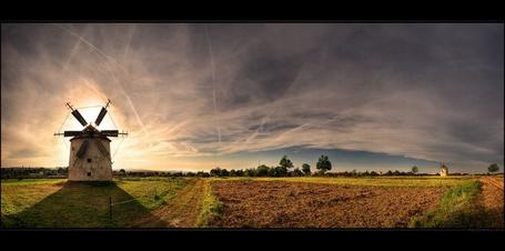 Фото Ветряная мельница посреди вспаханного поля (© Anatol), добавлено: 27.04.2012 13:43