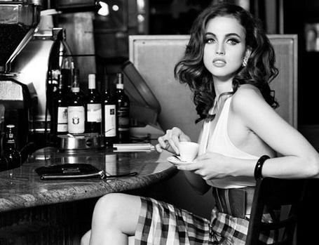 Фото Девушка пьет кофе в баре (© АмстерDaмочka), добавлено: 27.04.2012 13:59