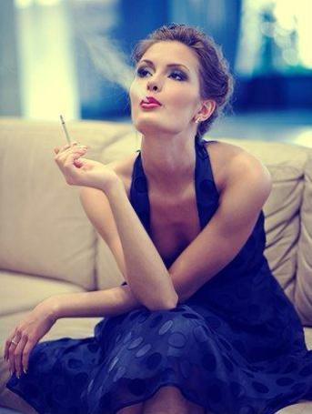 Фото Девушка сидит на диване и курит сигарету (© АмстерDaмочka), добавлено: 27.04.2012 14:36