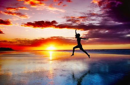 Фото Прыжок девушки, выполненный на фоне заходящего солнца, фотограф - Isac Goulart