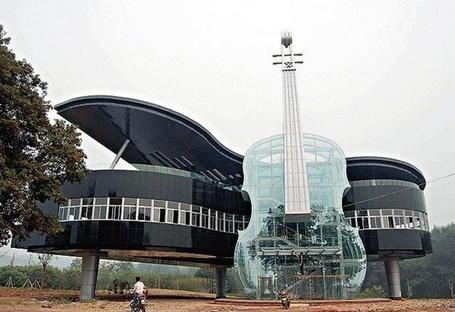 Фото Дом в форме рояля и скрипки (© АмстерDaмочka), добавлено: 28.04.2012 19:41
